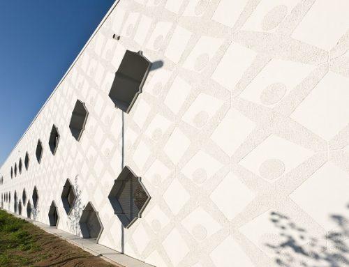 Kreatívne riešenie fasády detského centra s šablónami a omietkou na omietke